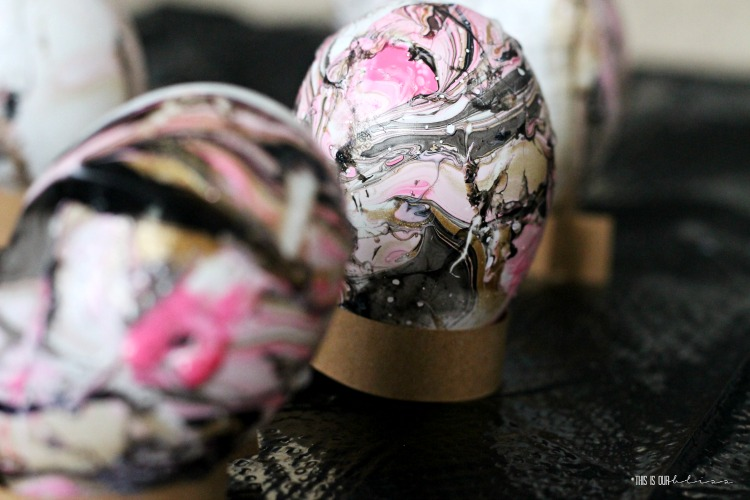 How to marble Easter eggs with black gold and pink - DIY modern Easter Egg ideas - This is our Bliss